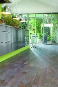 Dank Kork ist die Küche nicht nur leicht zu pflegen. Sie darf dabei auch trendig aussehen. Foto: APCOR/akz-o